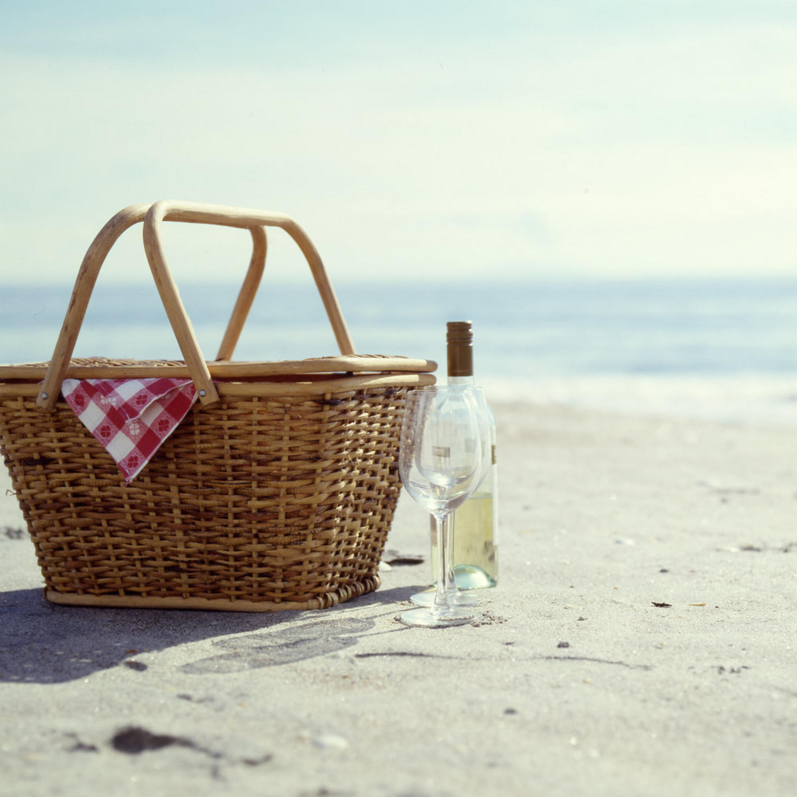 Beach white wine picnic gettyimages 200569693 002